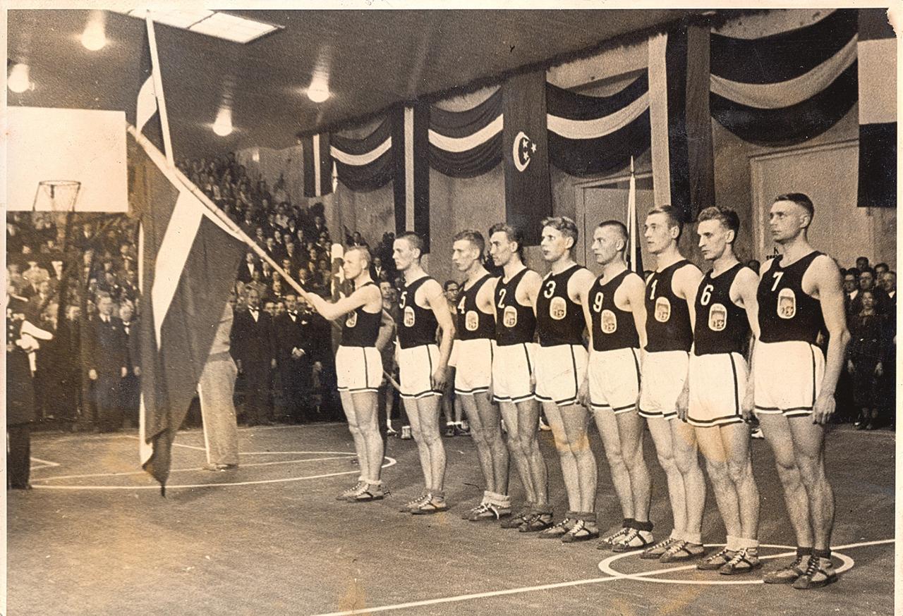 Latvijas izlase čempionāta atklāšanas ceremonijā 1937. g. 2. maijā. No Eiropas līdzšinējās čempionvienības Latvijas tika gaidīts kas vairāk par ieņemto 6. vietu. Jau pēc diviem gadiem, 1939. gadā, Kauņā mūsējie kļuva par Eiropas vicečempioniem. Foto: Latvijas Sporta muzeja krājumā (autors nezināms)