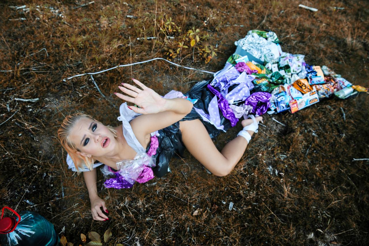 Šī nav pirmā reize, kad Jana Bruka demonstrē tērpu no neierastiem izejmateriāliem. Lai pievērstu uzmanību problēmām, kas saistītas ar atkritumu pārstrādi, Jana pielaikojusi arī kleitu, kas darināta no atkritumiem.