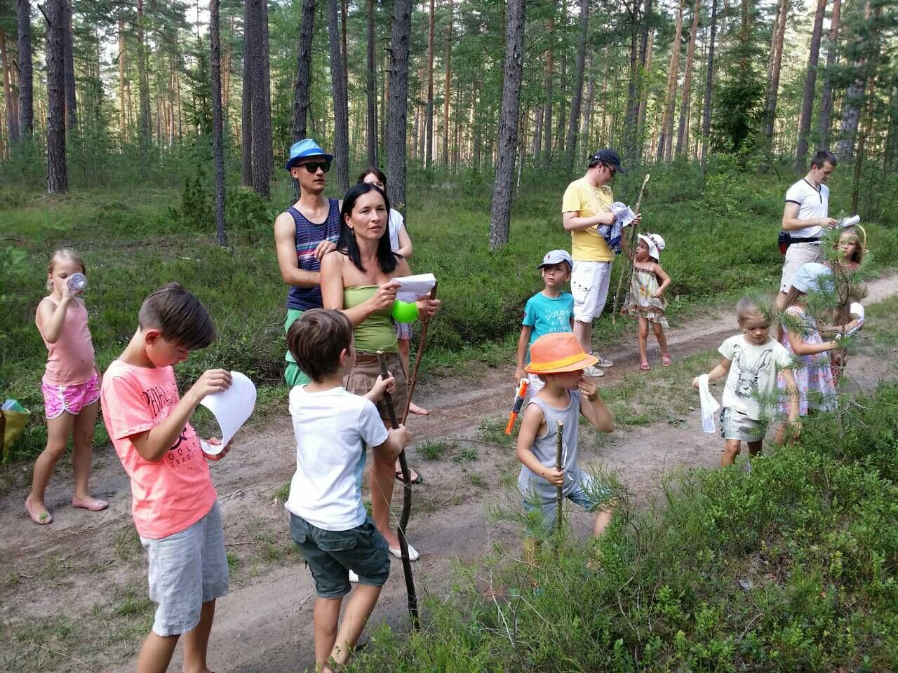 Visiem ekspedīcijas dalībniekiem pirms došanās mežā tika izdalītas koka nūjas, tāpat līdzi nestas arī lāpstas.