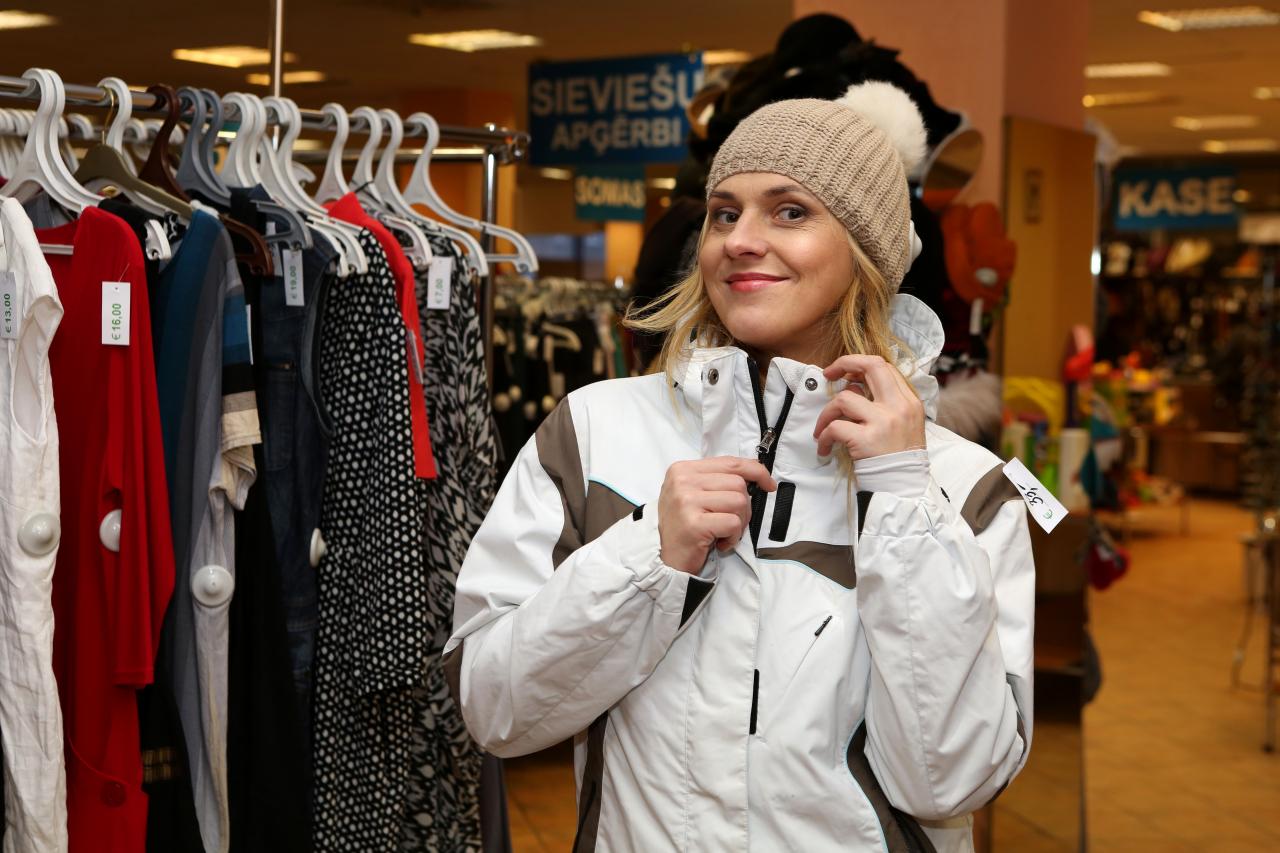 Sporta jaka no auduma, kas nelaiž cauri nedz vēju, nedz mitrumu, par 10 eiro, vilnas cepurīte ar kažokādas bumbuli - 8 eiro.