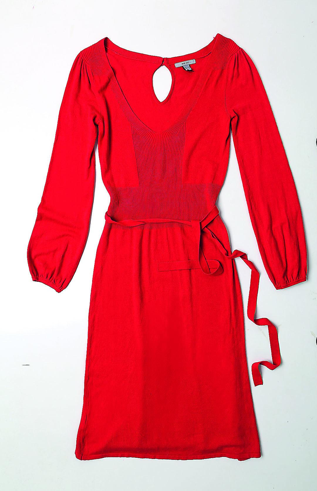 Sarkana kleita. Ļoti kvalitatīva, mīksta trikotāža, sievišķīgi piekļaujas augumam.  7 eiro, Humana.
