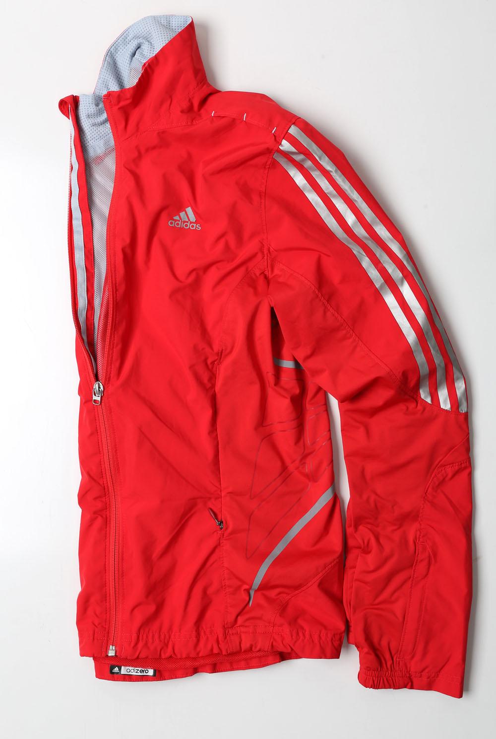 Sarkana sporta vējjaka  Adidas. Ļoti ērta un smukā krāsā.  15 eiro, Timberlit.