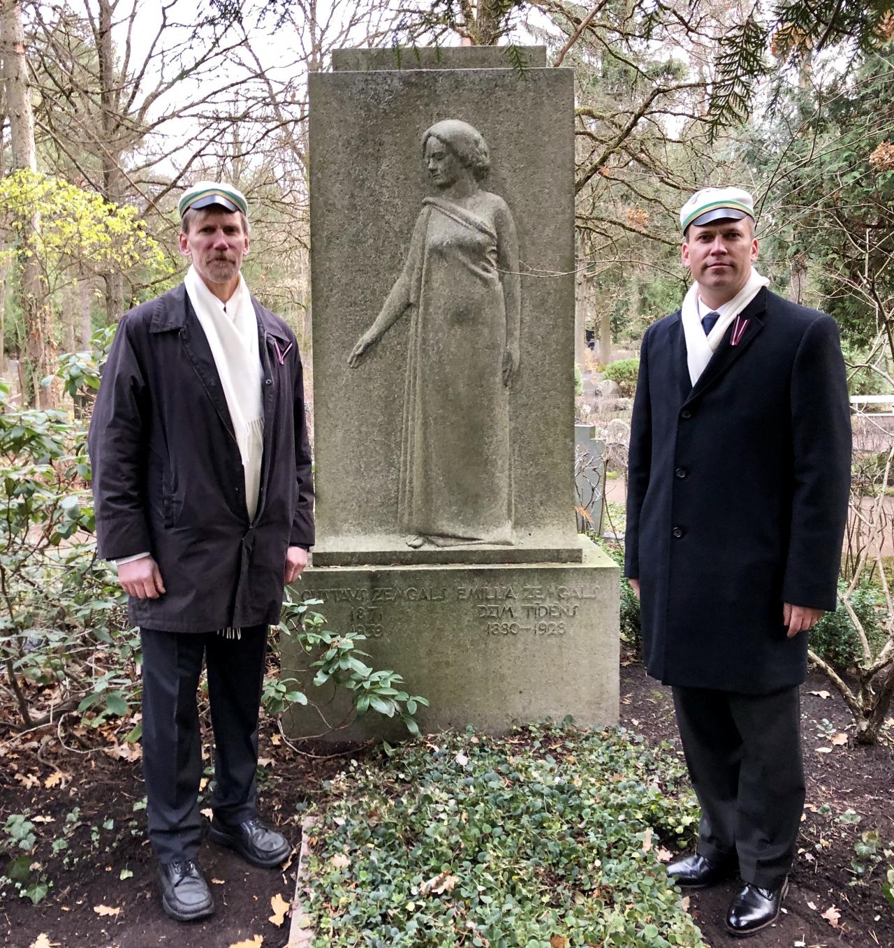 Mārtiņš un viņa brālis Filips Tālavijas deķeļos pie Emīlijas un Gustava Zemgalu pieminekļa.