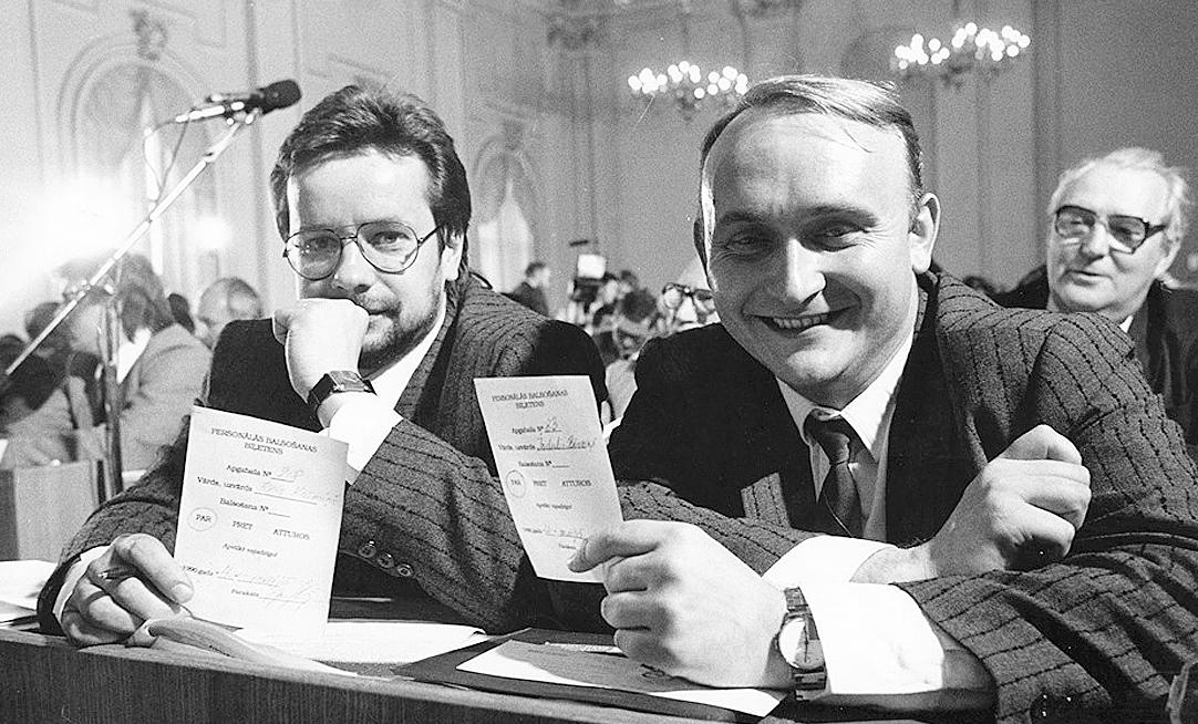 JĀNIS KRŪMIŅŠ un INDULIS BĒRZIŅŠ Augstākajā Padomē– nobalsojoši par Latvijas neatkarības atjaunošanu.