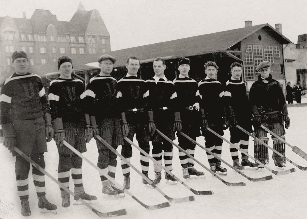 Union hokeja komanda Rīgā 1933. gadā. Indriķis Reinbahs – trešais no kreisās. Foto komandas biedra Jergena Hvīda bērnu īpašumā (autors nezināms).