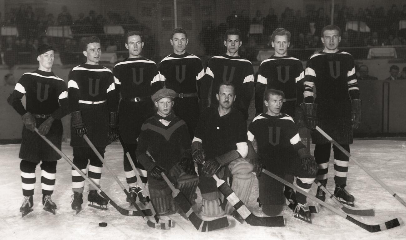 Latvijas hokeja izlase Eiropas čempionātā Berlīnē 1932. gada martā. Valstsvienības kapteinis Indriķis Reinbahs otrajā rindā trešais no kreisās. Foto komandas biedra Pētera Skujas bērnu īpašumā (autors nezināms).