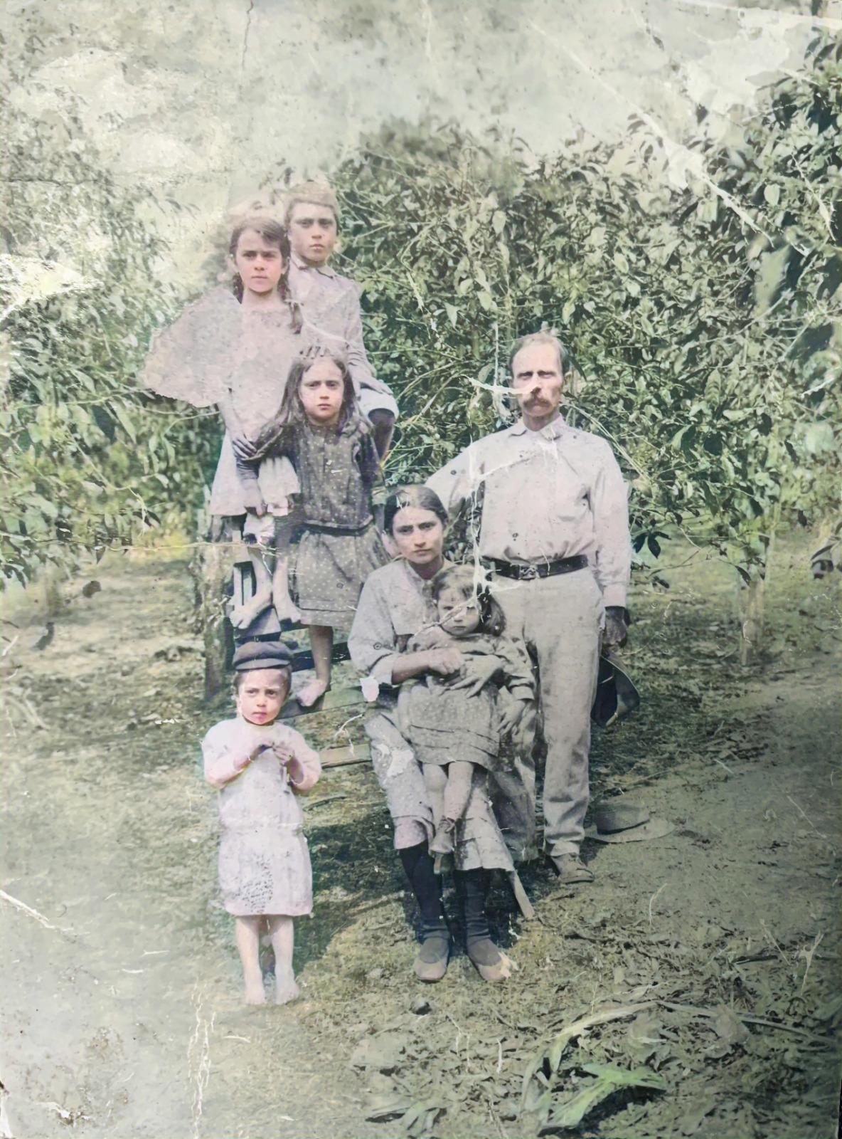 Dons EMILO KANTS ar bērniem savā kafijas plantācijā Panamā.