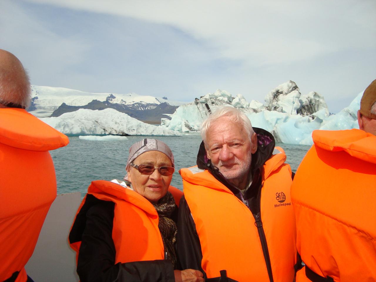 Ar sievu Islandes ledājos.