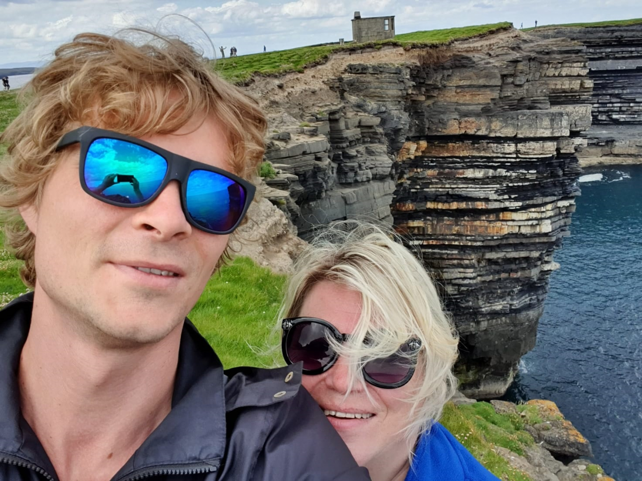 Kaspars ar mammu Dainu, kas jau 16 gadu dzīvo Īrijā