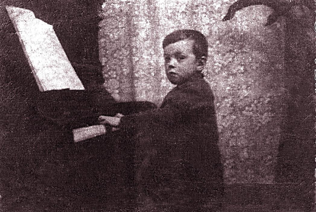Mazais Raimonds pie klavierēm.