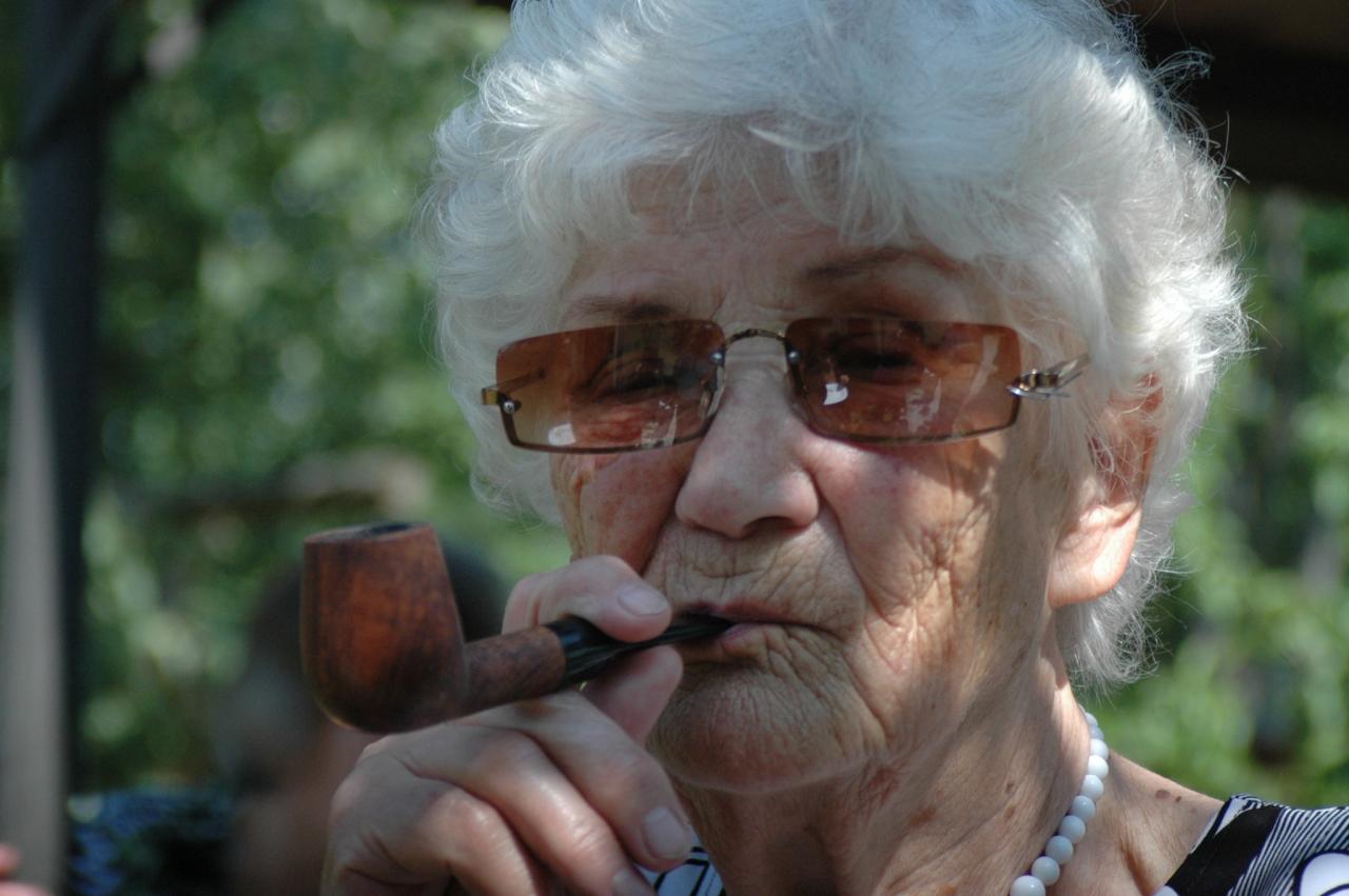 Foto no omītes 90 gadu jubilejas, kas liecina par viņas izcilo humoru, jo patiesībā Salomeja nekad nav smēķējusi