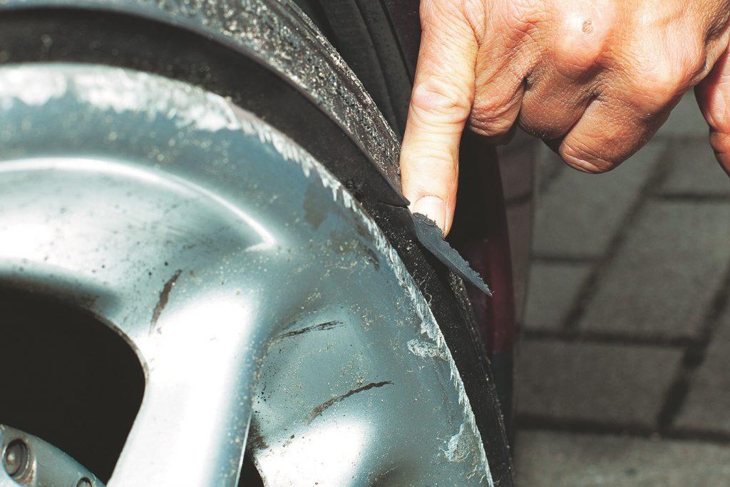 Ritenis un riepa aizķēruši apmali, tāpēc 250 km/h var kļūt bīstami