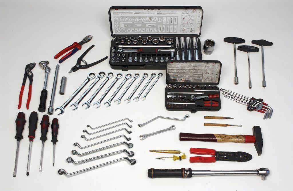 Ar šiem instrumentiem var daudz ko salabot. Nenāktu par ļaunu arī iegādāties remonta rokasgrāmatu, kas piemērota konkrētam auto.