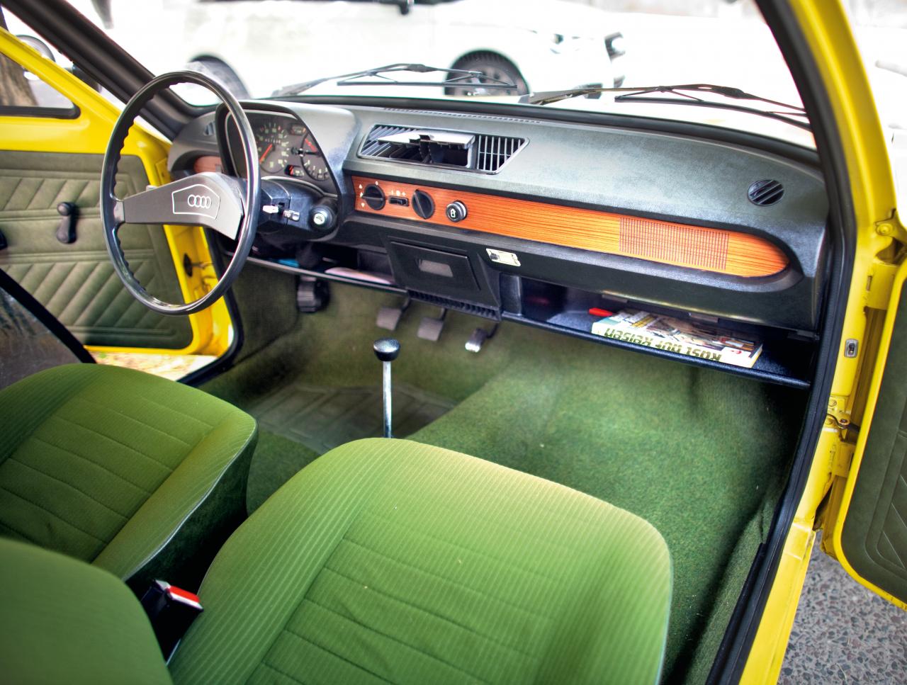 Audi 50 uzkrītošs šķiet šaurais stūres rats. Koka imitācijas apdare nerada īpaši mājīgu atmosfēru.