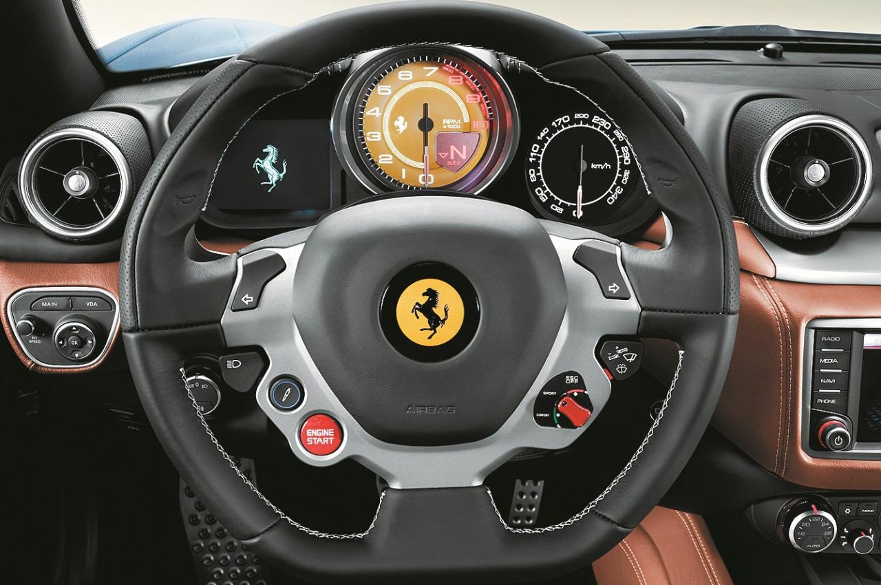Modernais piemērs. 2014. gads, Ferrari California T multifunkcionāla stūre.