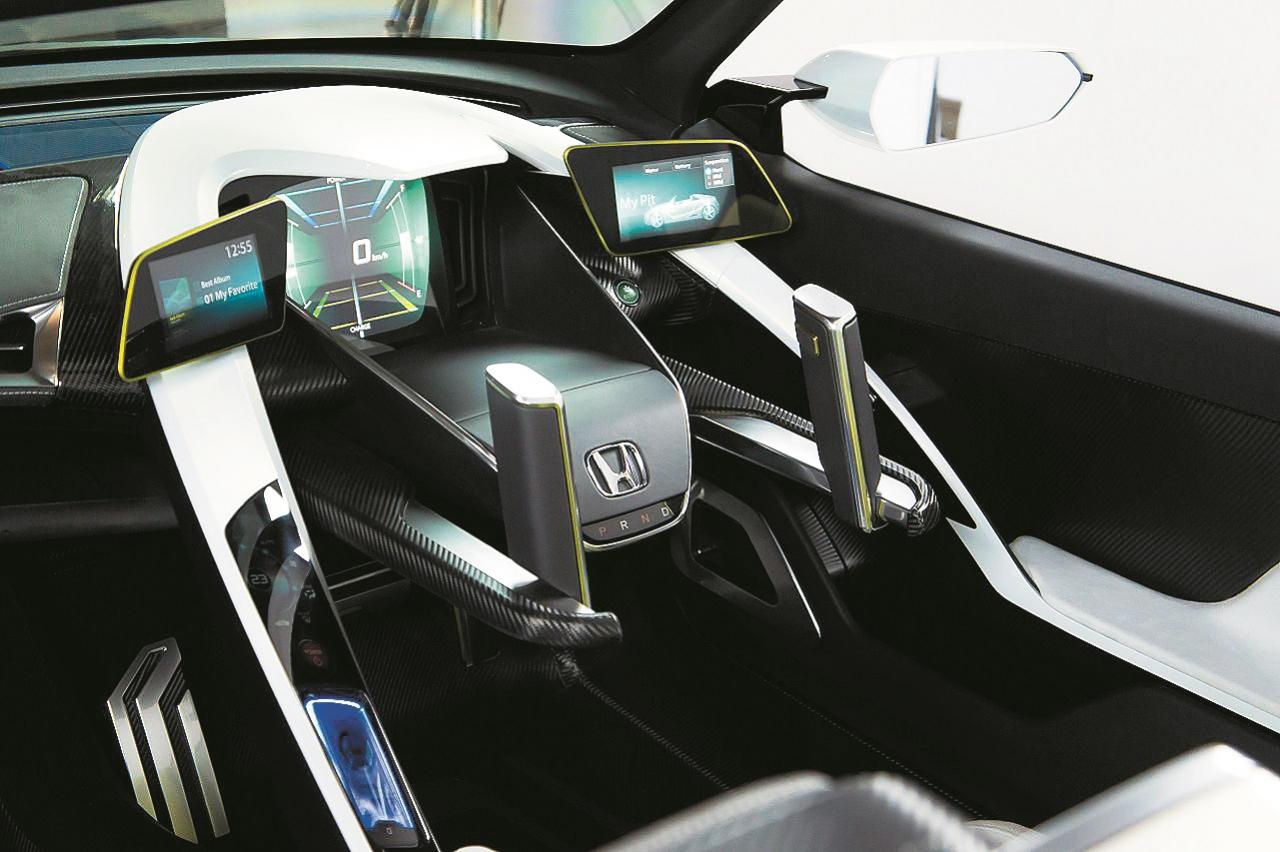 Nākotnes vīzija, kas līdzinās Zvaigžņu kariem. Honda EV-STER dubulto sviru stūre.
