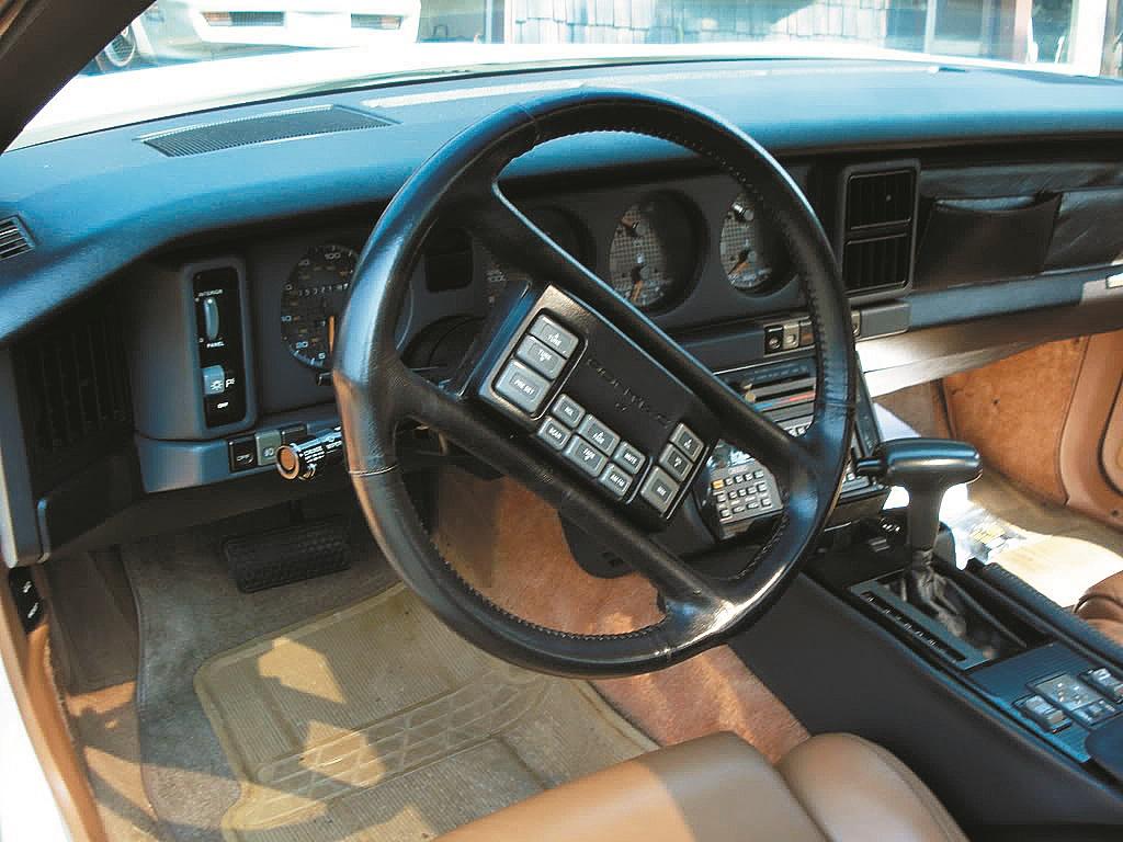 Pontiac 1988. gadā izveidoja stūri ar 12 funkciju pogām.