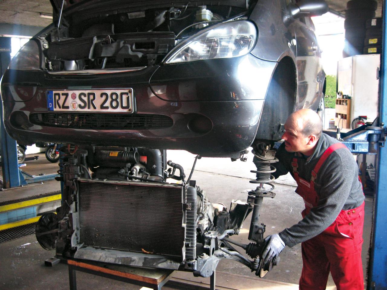 Mercedes A klasei noņemt pārnesumkārbu nemaz nav tik vienkārši. Taču pēc triju stundu darba tā atrodas uz servisa darba galda