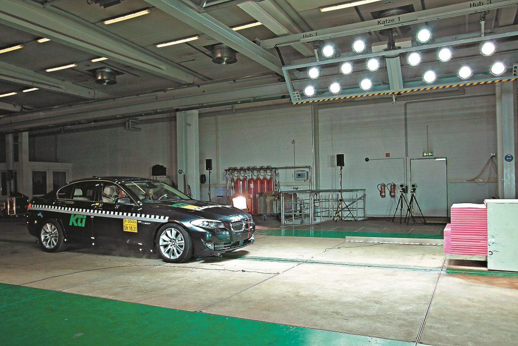 64 km/h - 5. sērijas BMW ieskrienas saskaņā ar EuroNCAP frontālā trieciena testa noteikumiem