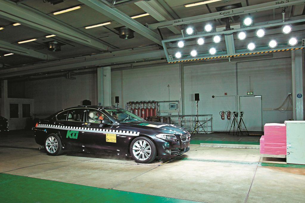 Avārijas bremzes: citādi nekā parastajā trieciena testā – elektronika atpazīst šķērsli un samazina ātrumu, mašīna strauji bremzē