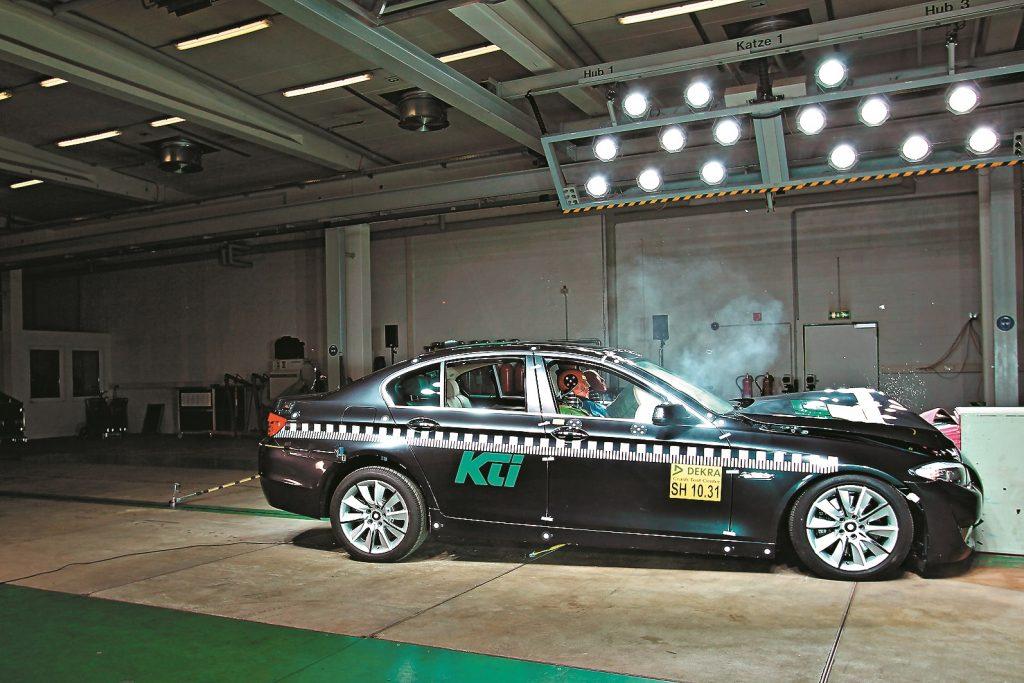 40,4 km/h - Ar samazinātu ātrumu 5. sērijas BMW ietriecas deformētajā barjerā, izsprāgst drošības spilveni