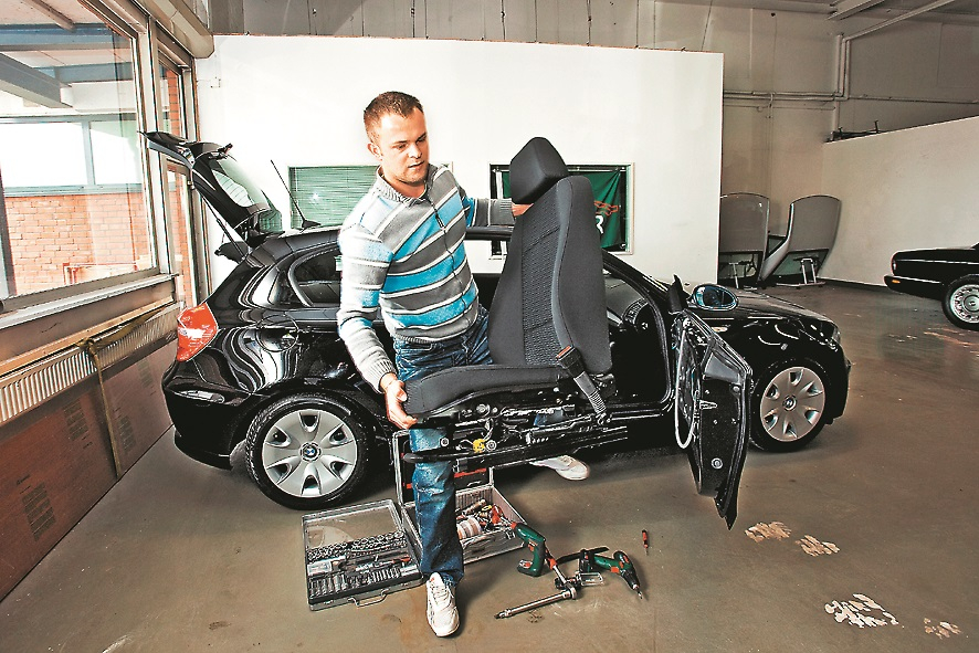 Lai sēdekļus pārvilktu ar ādu, meistaram vispirms tie jādabū laukā no auto. Priekšējie sēdekļi tiek izņemti pirmie. BMW 118i salona izjaukšana prasa 20 minūtes – divi priekšējie sēdekļi, durvju apdare un aizmugurējais sēdeklis