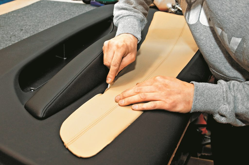 Pēc salīmēšanas ādas apdares vīles tiek noslēptas.