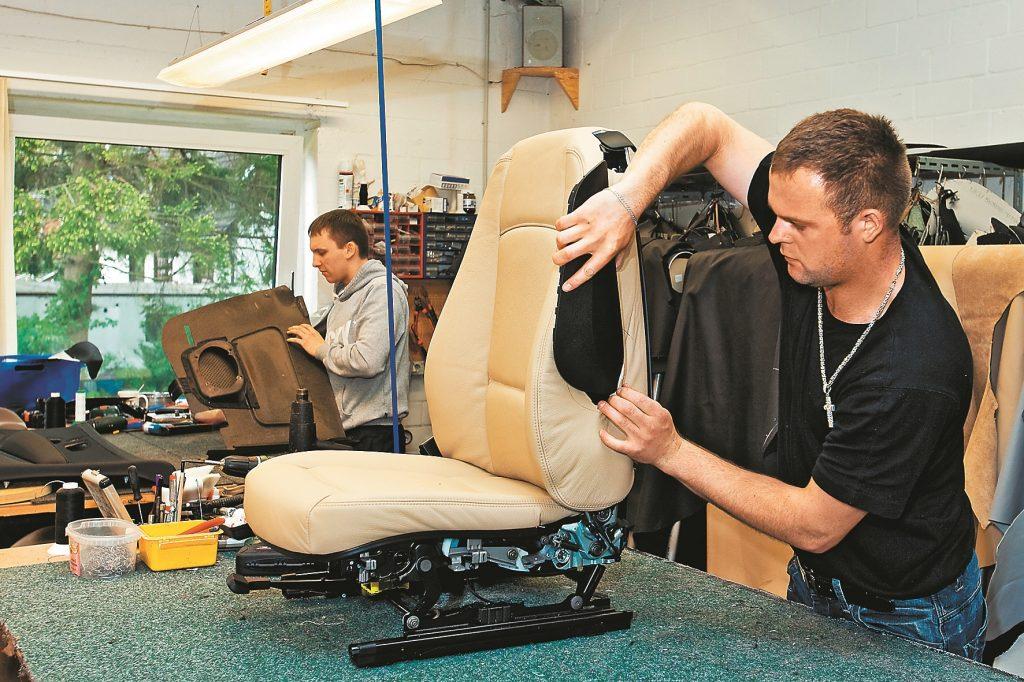 Montāža. Varbūt pie viena ierīkot arī sēdekļu apsildi? Drošībai jābūt: kad sašūts un uzmontēts ādas pārsegs sēdekļa muguras daļai, ievieto sānu drošības spilvena elementu. 1. sērijas BMW tas atrodas sēdekļa atzveltnē