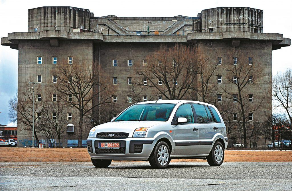 Divi neveiksmīga dizaina piemēri: Ford Fusion forma ir tikpat vienmuļa kā virszemes bunkuram. Bet abi ir stabili.