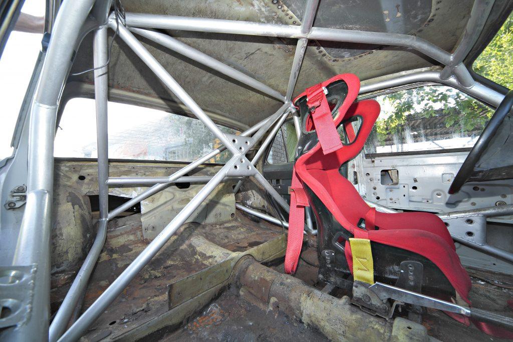 Vecais konstruktīvi vienkāršais drošības karkass aizstāts ar mūsdienu prasībām atbilstošu sarežģītu cauruļu konstrukciju