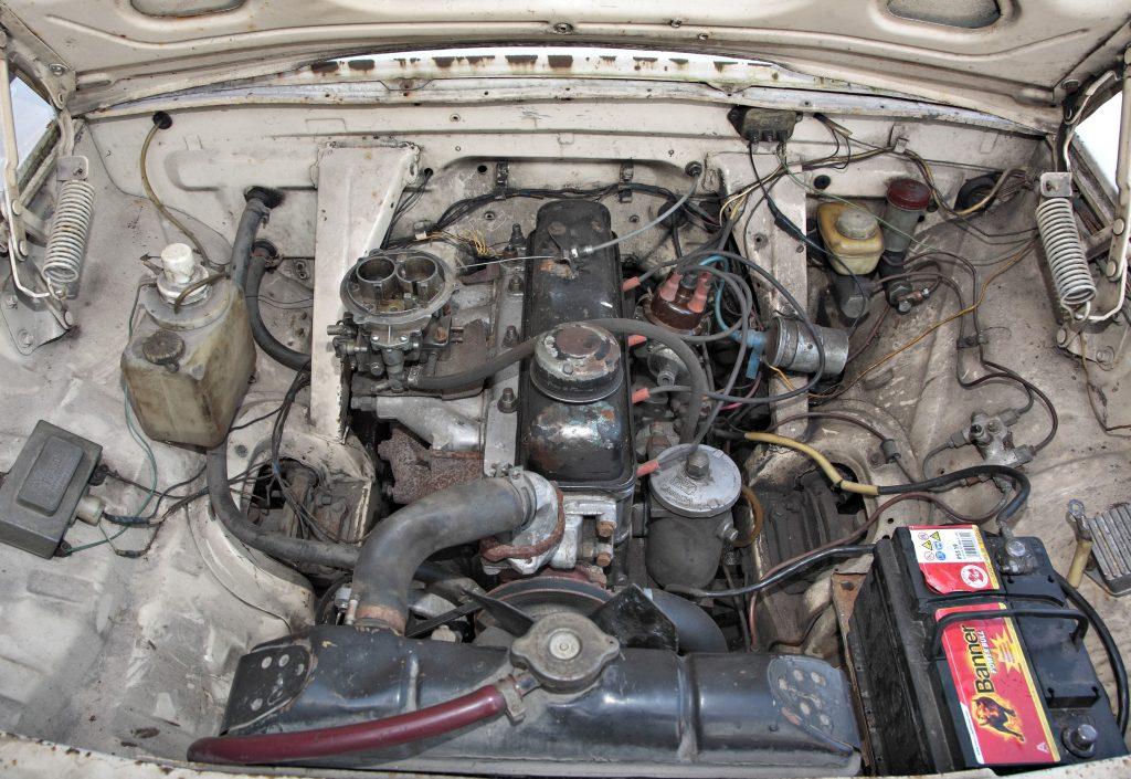 Viss minimāli nepieciešamais: uz moderno sacīkšnieku fona gandrīz vai piedauzīgi tukša izskatās Volgas motora telpa