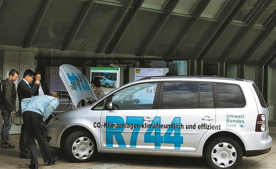 Apkārtējās vides federālajam dienestam piederošā VW Touran gaisa kondicionētājs kopš 2008. gada dzesē ar CO2 (R744). CO2 nedeg, un tam ir vēl mazāks siltumnīcas efekts nekā HFO-1234yf