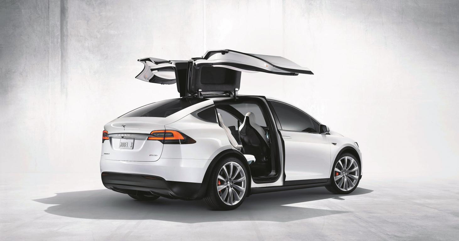 Tesla Model X elektroauto ir uzskatāmspar adekvātu alternatīvu iekšdedzes dzinējiem