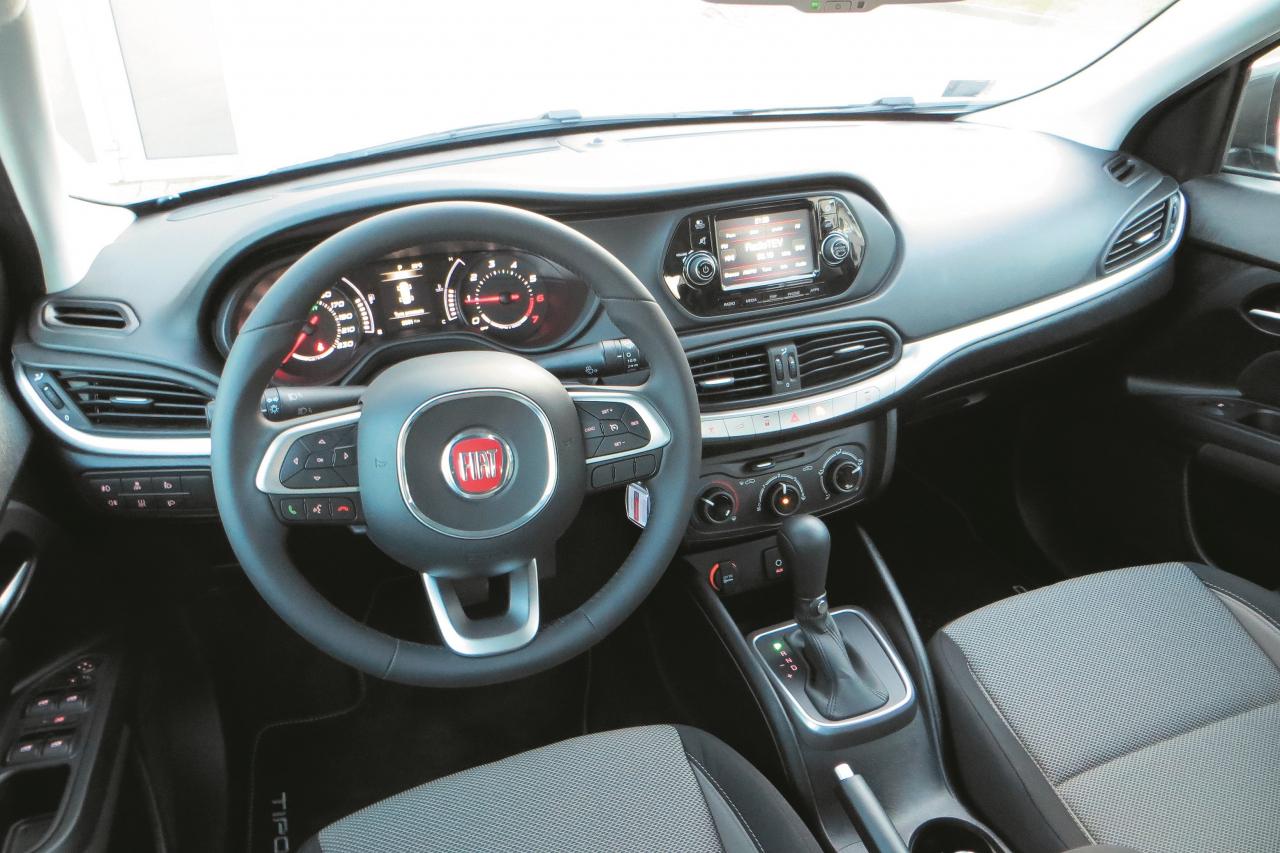 Stūres dizains uzreiz ir atpazīstams. Bluetooth multimediju sistēmu ar viedtālruni drīkst savienot tikai tad, kad auto ir apstājies.