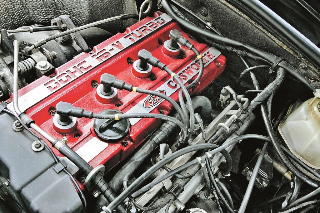 Uzraksts uz motora vāka vēsta: pēc palīdzības jāvēršas pie Ford sacīkšu panākumu kalves Cosworth. Mūsdienās tā 204 ZS pārspēj jebkurš talantīgs sporta auto.