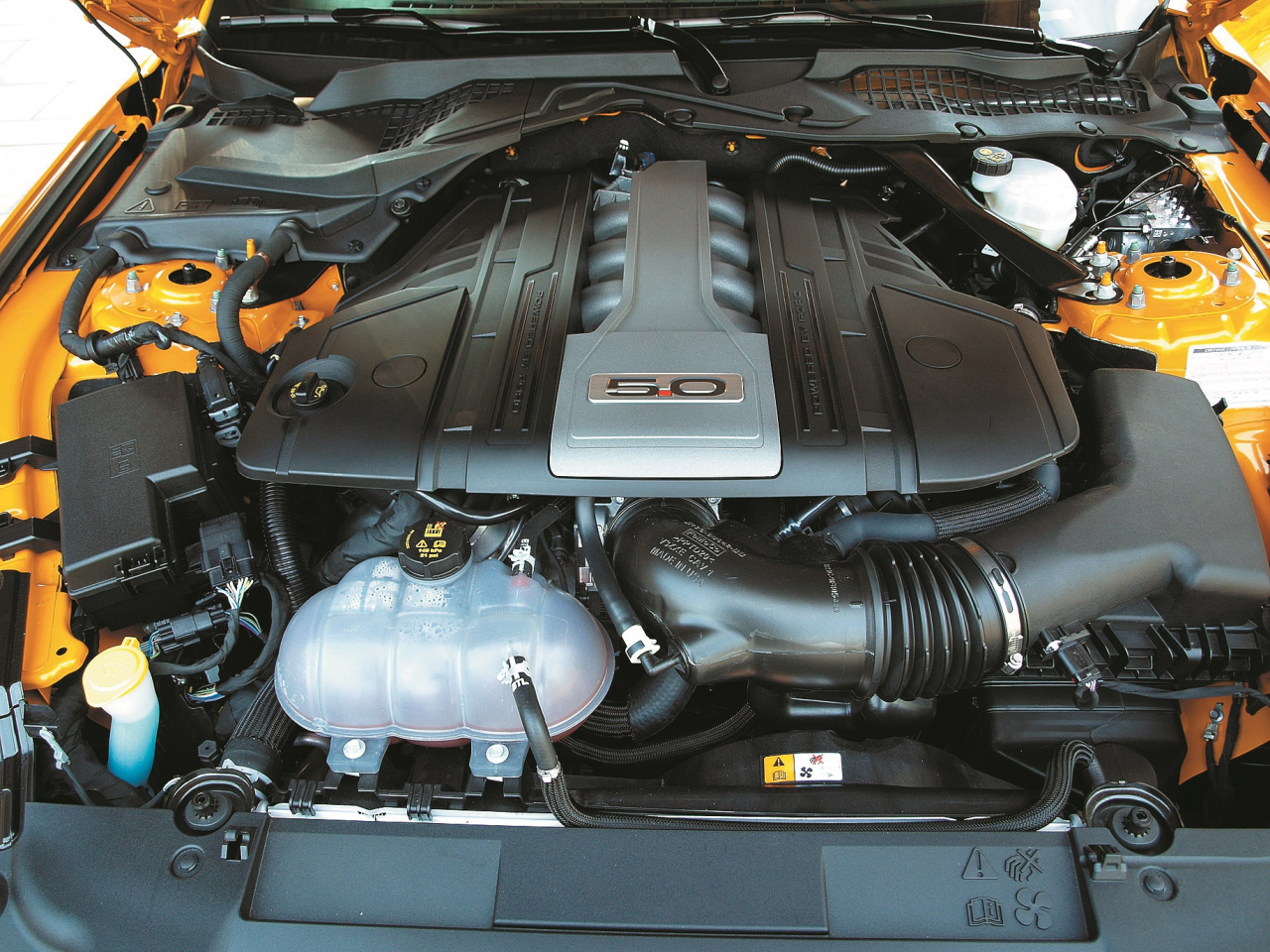 Slavenais astoņu cilindru 5 l benzīna dzinējs, kas atkal ir nedaudz uzlabots, padara auto priekšgalu smagāku nekā ar 2,3 l motoru aprīkotajam auto.