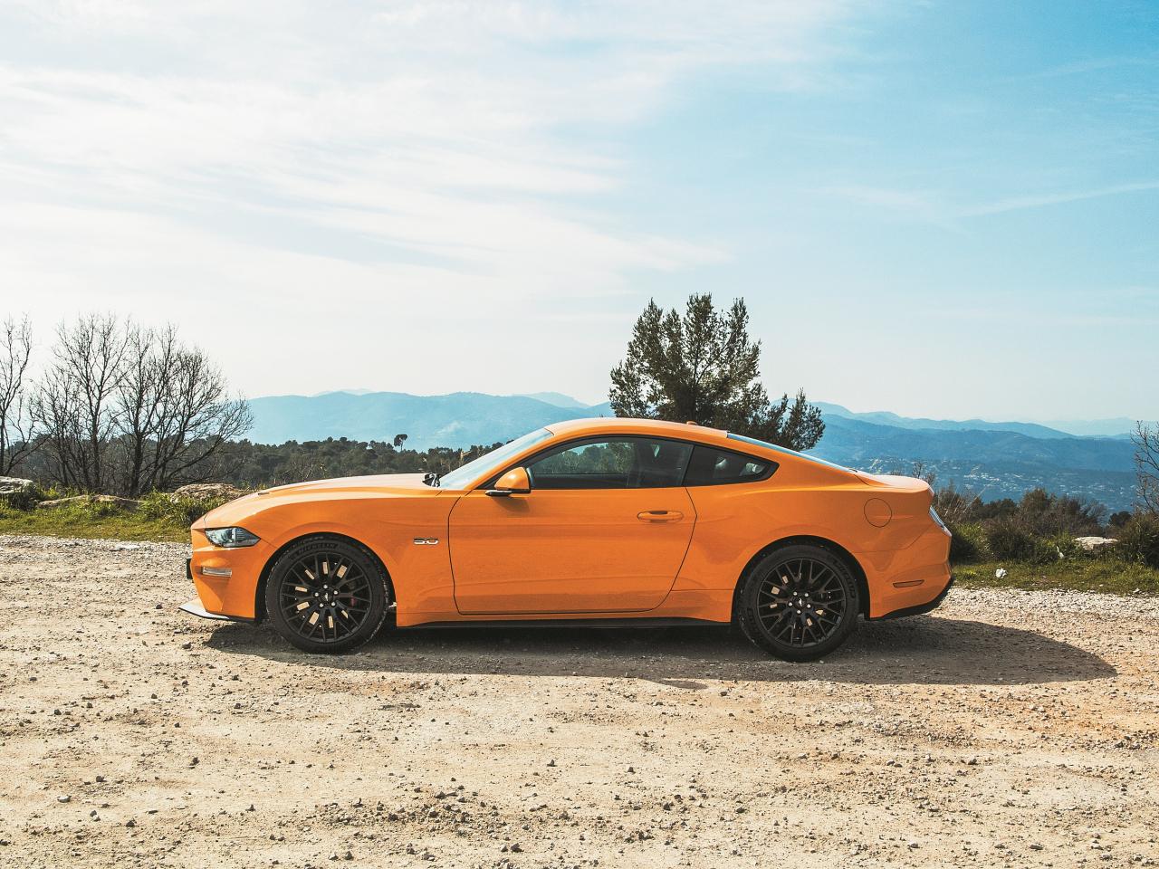 Bērnišķīga, taču pašapziņu ceļoša ekstra, ir ārējos spogulīšos ievietotie Pony Projector, kas izgaismo Mustang logotipu uz asfalta.