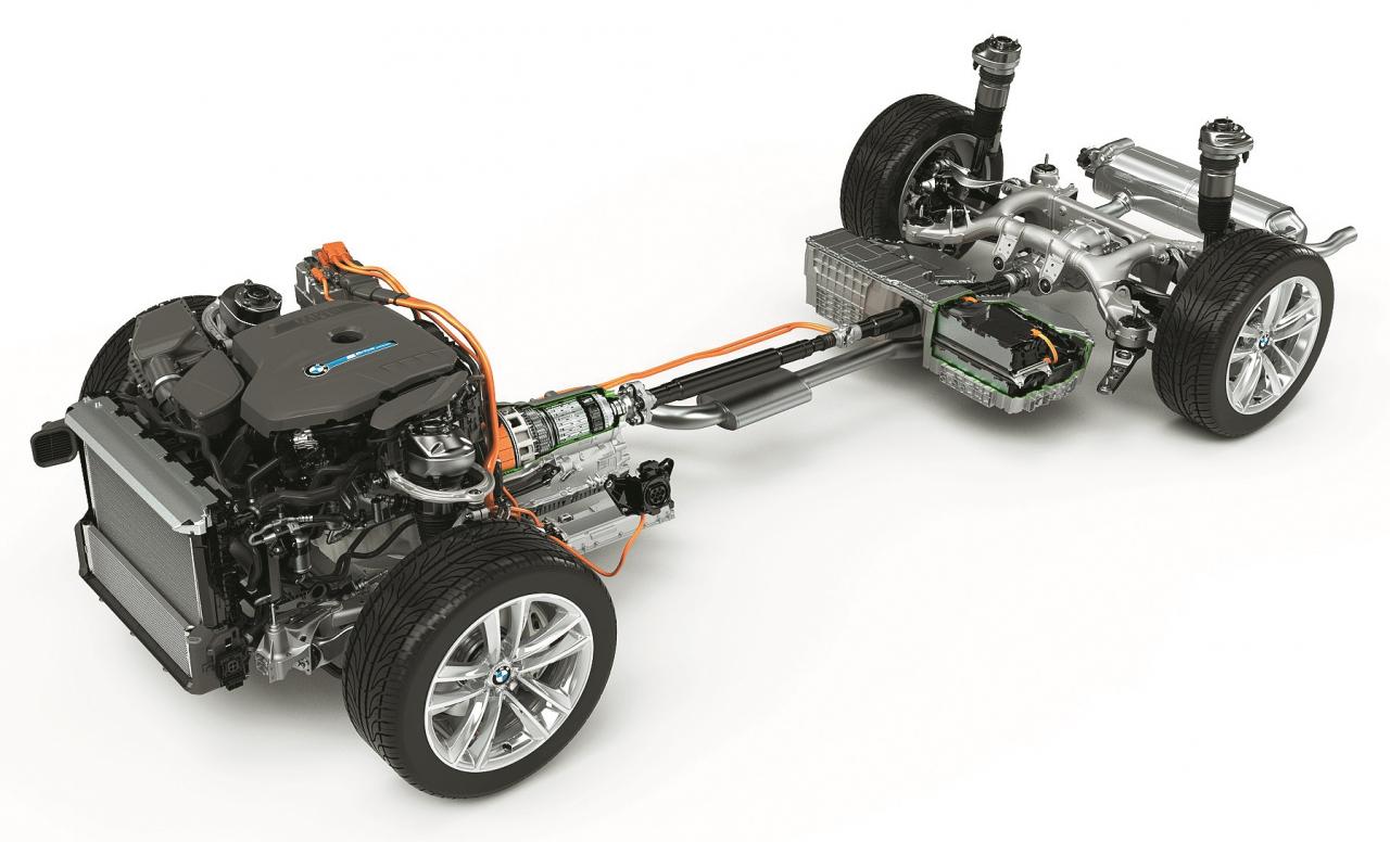 7. sērijas BMW plug-in sistēmas uzbūve. Priekšā novietots 2 l 258 ZS TwinPower benzīna motors, bet 8AT iestrādāts 113 ZS elektriskais motors. Saražotā elektrība nonāk zem aizmugures sēdekļa novietotā 9,2 kWh litija-jona akumulatorā.