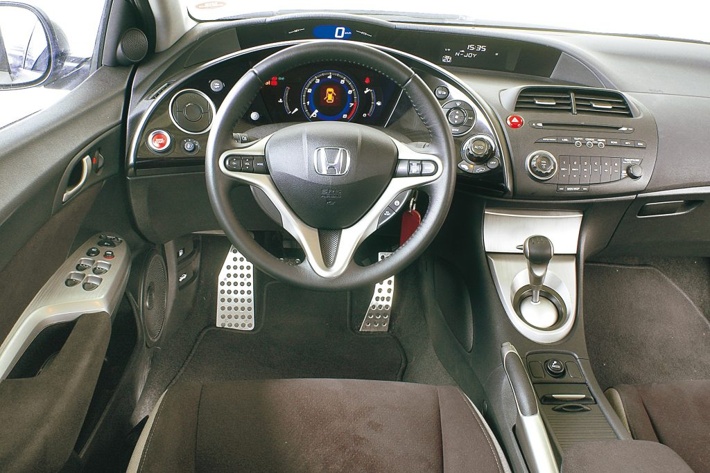 Priekšējais panelis: lai skatienam nemitīgi nevajadzētu ceļot no ielas uz instrumentu skalām, Honda tās ir novietotas divos līmeņos