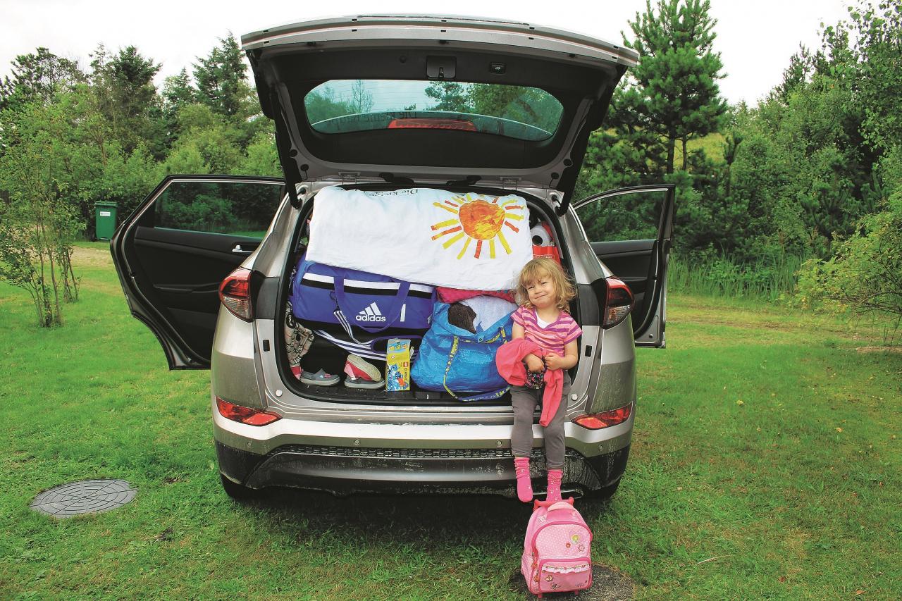 Tā mēs visu iepakosim! Mara (2) priecājas, ka visas rotaļlietas ietilpst bagažniekā.