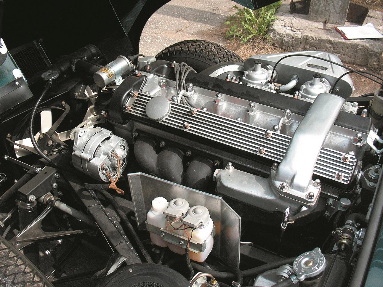 Augšējo vārstu rindas seši cilindri ar divām dzinēja galvās novietotām sadales vārpstām /2OHC/. Motora pārsegs ar priekšējiem spārniem paceļas uz priekšu un rada ērtu piekļuvi dzinējam.