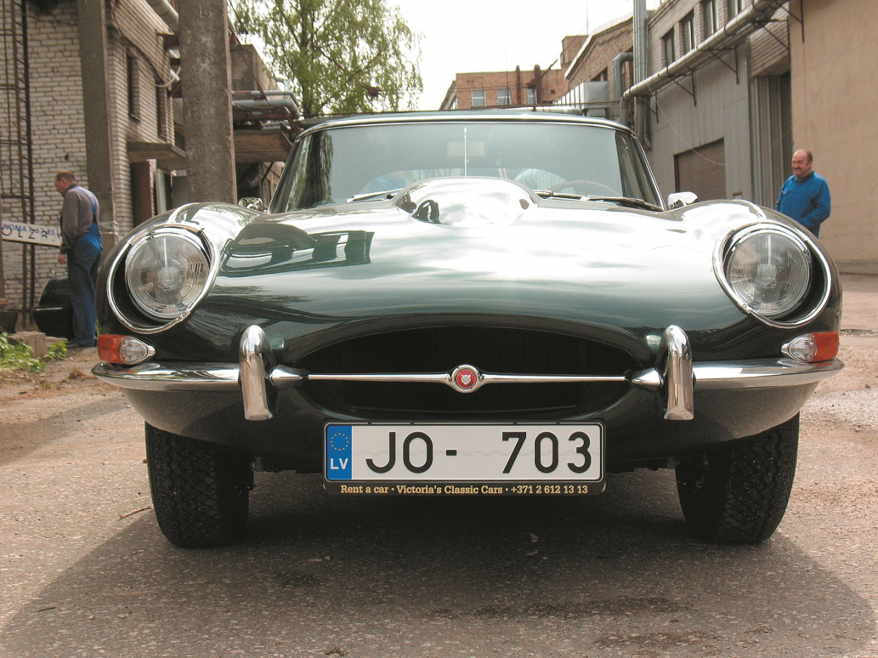 Ovālā gaisa ieplūdes atvere – radiatora maska, ar šauru hromētu dekoratīvo stieni, kura vidū Jaguar emblēma. E-type reģistrācijas numura zīmes stiprinās virs šīs atveres uz motora pārsega, vienīgi Latvijas standarts to nepieļauj.