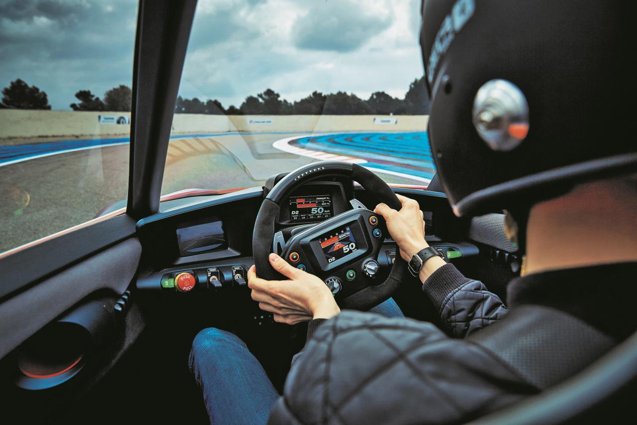 Priekšējais panelis kā motosportā: multifunkcionālā stūre ar četriem ekrāniem. Visādi citādi ļoti šaurs automobilis