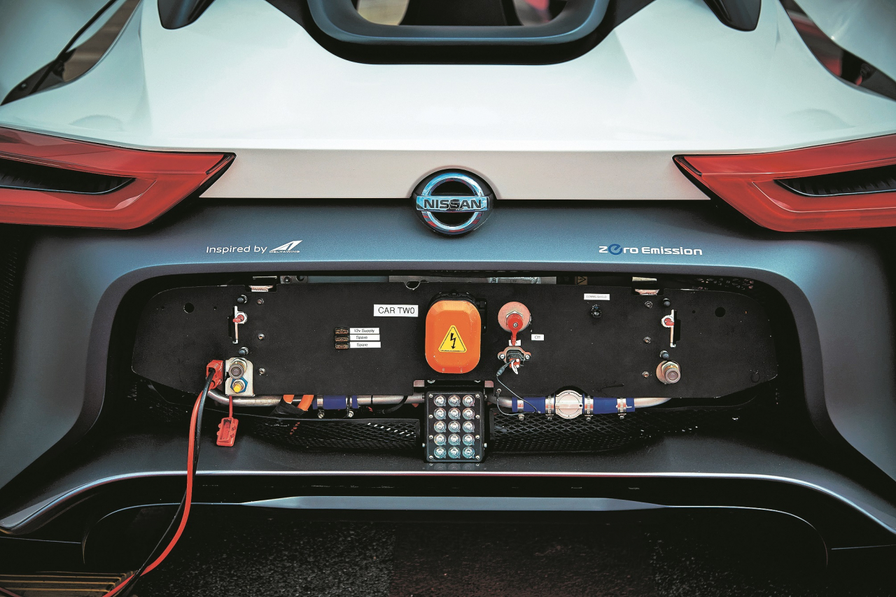 Lieli volti aizmugurē: aiz pārsega slēpjas vadības elektronika un uzlādes pieslēgvieta. Taču tikai kvalificēts personāls drīkst ar tām rīkoties