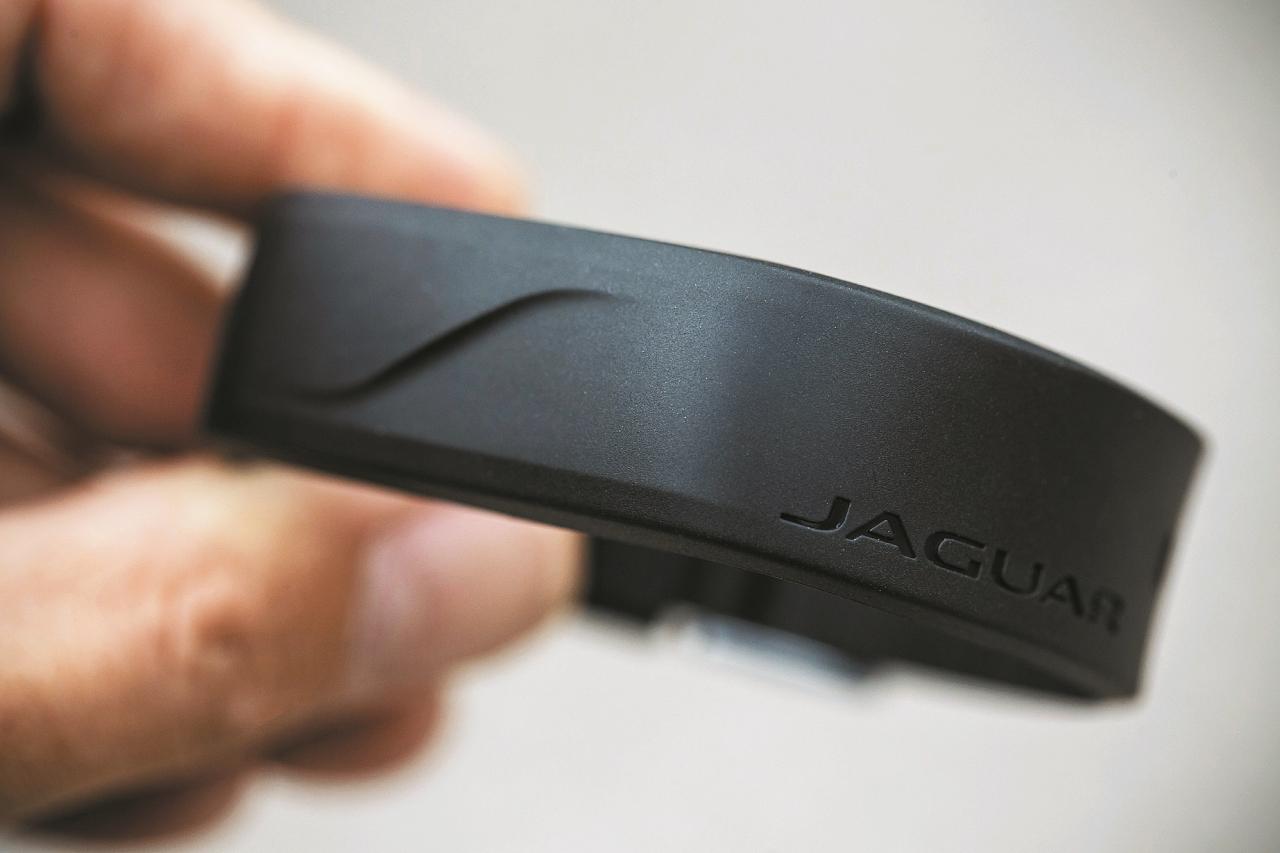 Atslēgu atstājiet mašīnā, uzvelciet aproci, pielieciet to pie aizmugures logo J, un Let's go surfin!