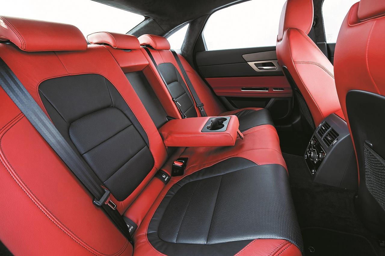 Ja auto ārpuse šķiet garlaicīga, var izvēlēties ekstravagantu interjeru.