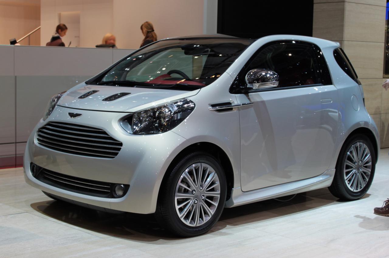 Ja šim mazulītim nomainītu Aston Martin logotipu pret Toyota logo, jūsu acu priekšā praktiski 1:1 stāvētu Toyota iQ modelis. Tik vienkārši!