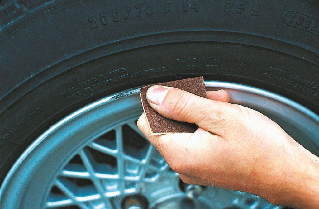 Bojājumi uz diska aploces nozīmē atvērtas durvis korozijas uzbrukumiem. Pirmais solis – skartās vietas jānoslīpē ar smilšpapīru
