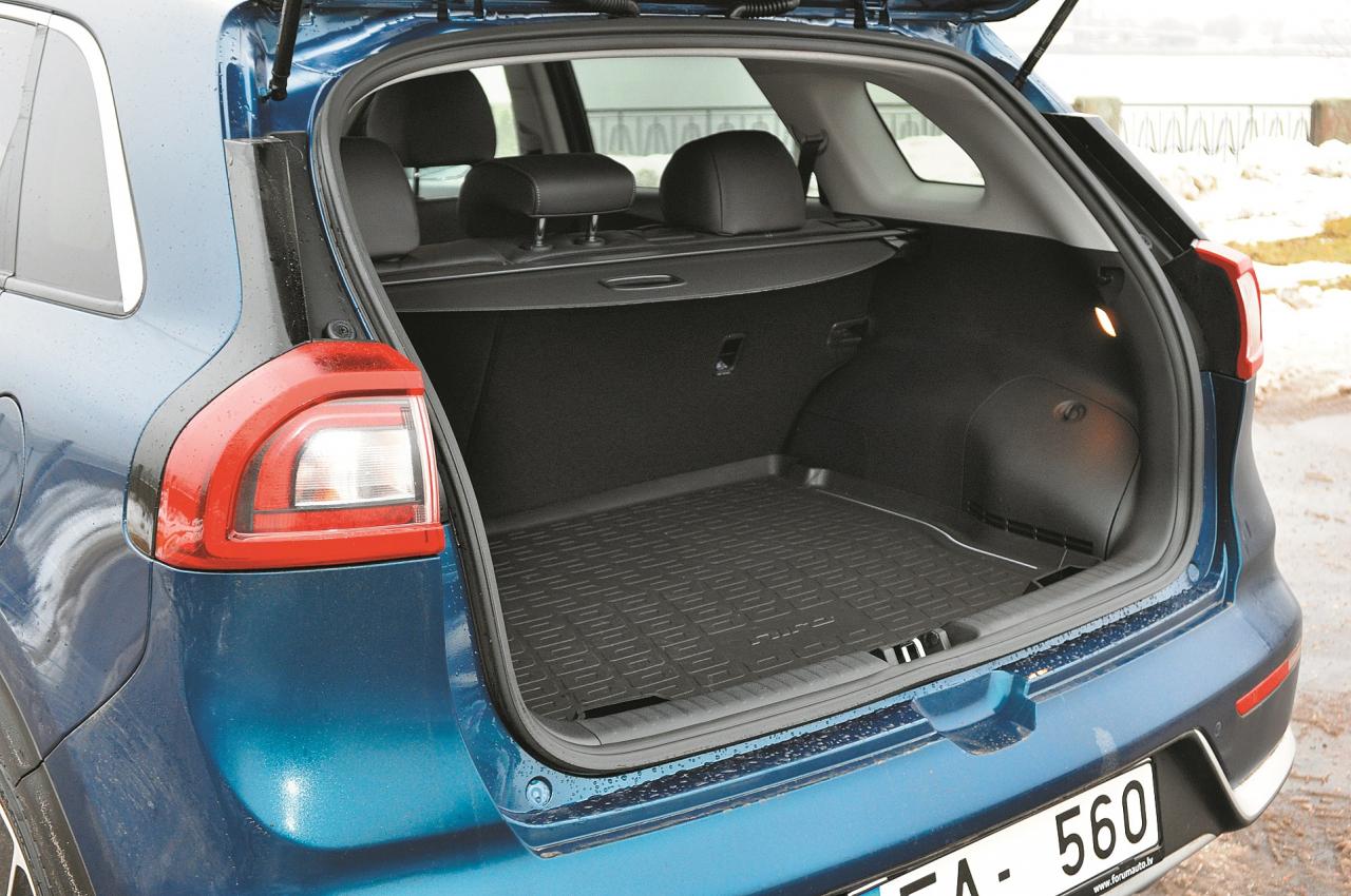 tšķirībā no citiem hibrīdiem akumulatora baterija atrodas zem aizmugures sēdekļa, nevis bagāžnieka grīdas. Tātad – vairāk brīvas vietas mantām.
