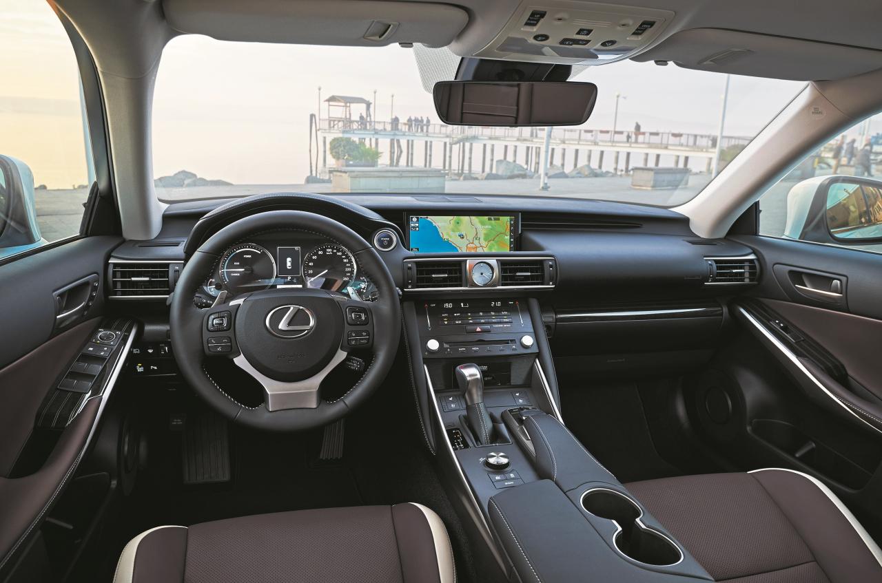 Salonā valda klasiska Lexus gaisotne ar analogu laikrādi, ne pārāk ērtu virziena selektoru, taču patīkamu stūri un sēdekļiem.